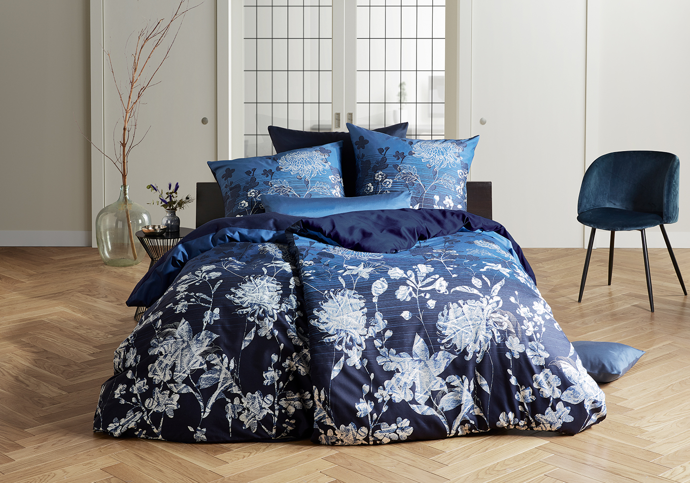 Blaue fleuresse Satin Bettwäsche mit weißen Blumen