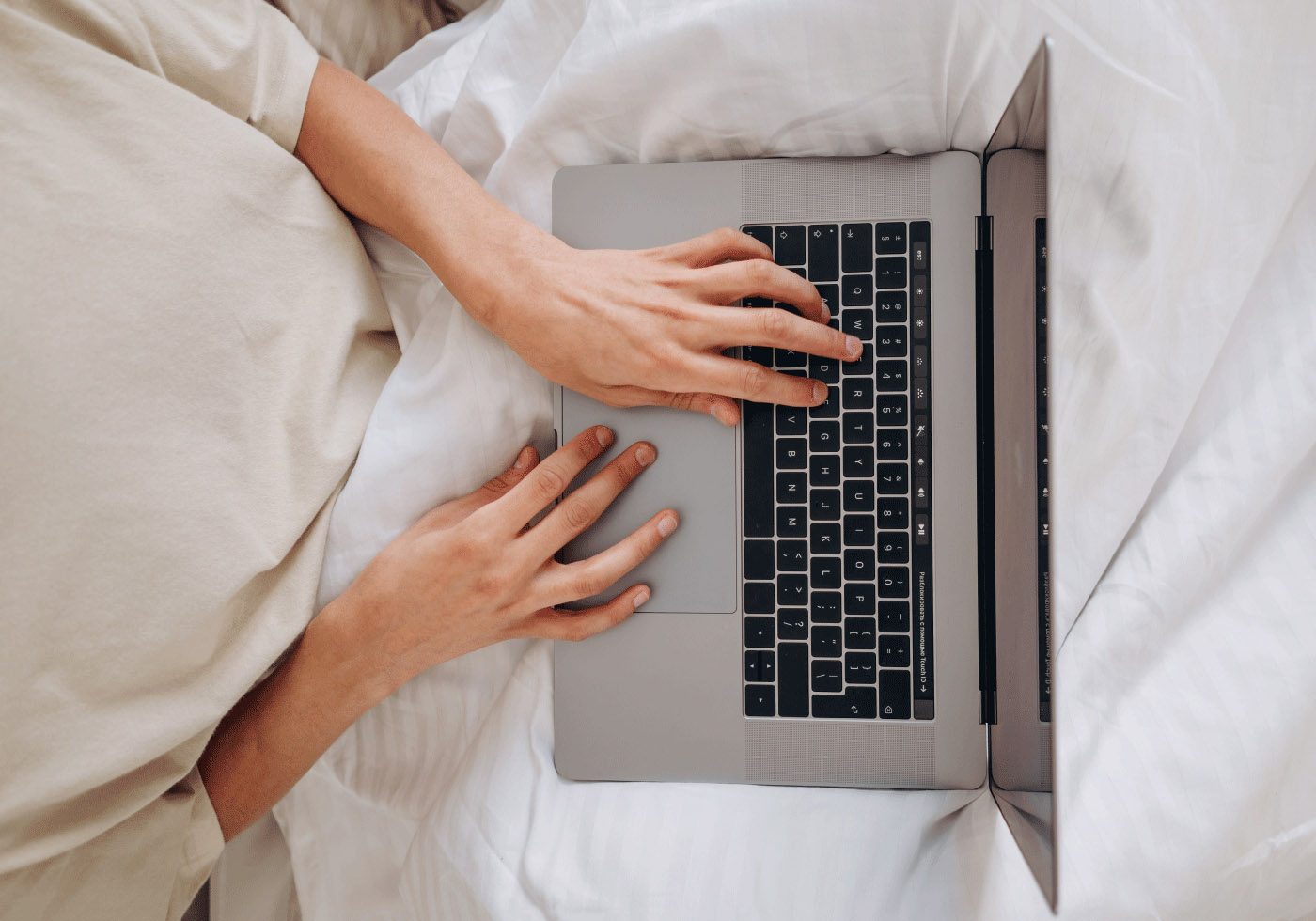 Notebook Benutzung in hochwertiger Bettwäsche