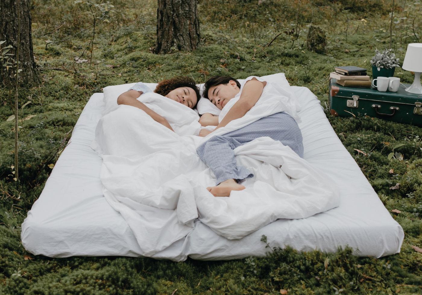In hochwertiger Bettwäsche in der Natur schlafen