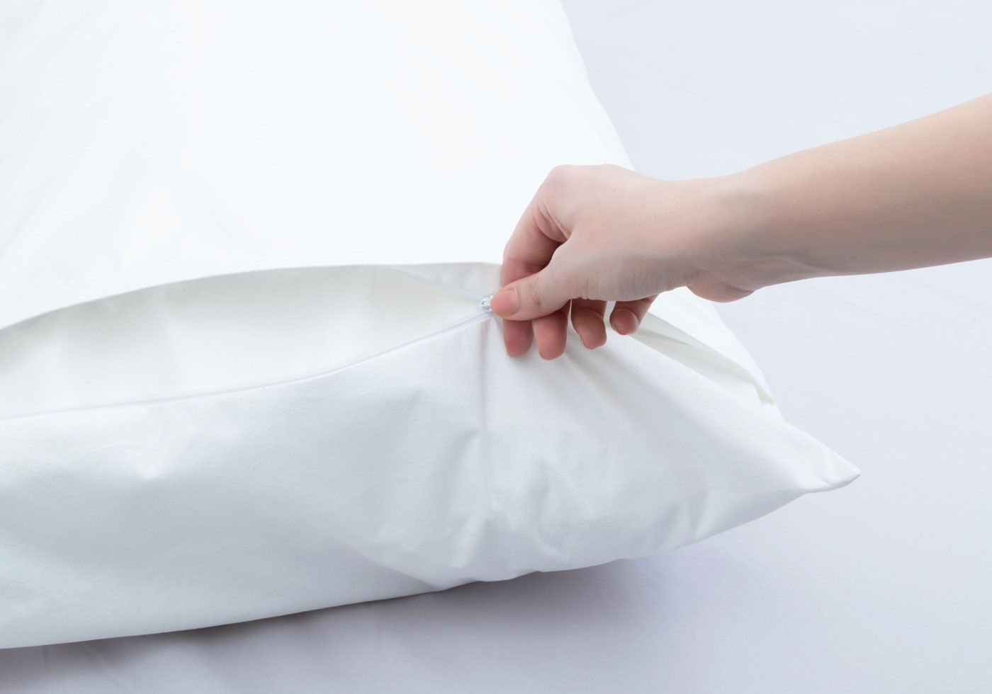 Kissen mit weißem Bezug beziehen