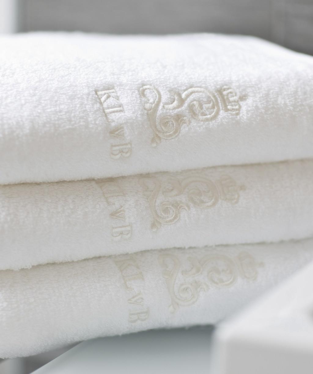 Handtuch bis Duschtusch mit königlicher Stickerei