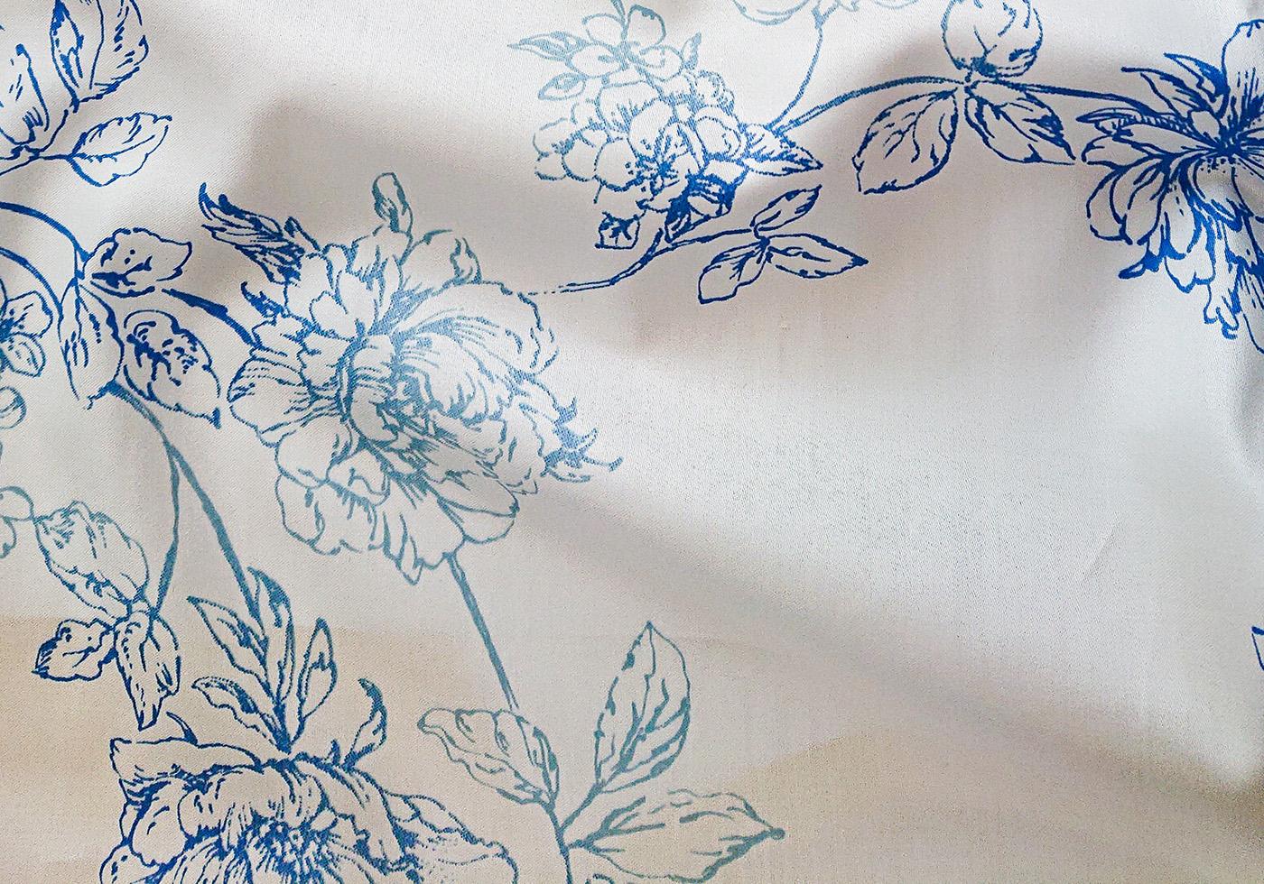 Weiße Tencel Bettwäsche mit blauen Blumen der Marke fleuresse